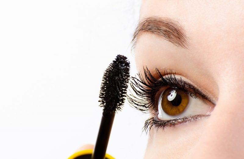 How to Wear Burgundy Mascara